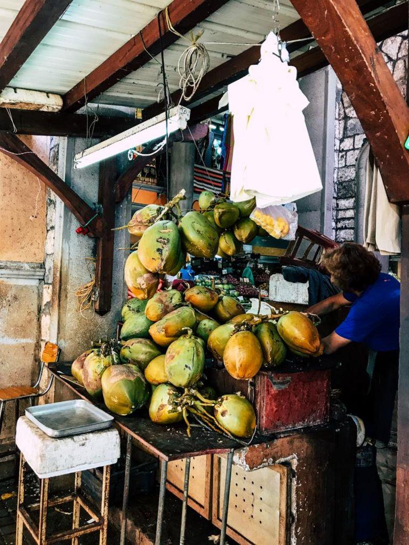 Kokosnußverkauf auf dem Markt von Port Louis