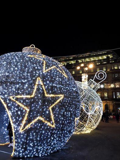 Lichter auf dem Weihnachtsmarkt in Schottland