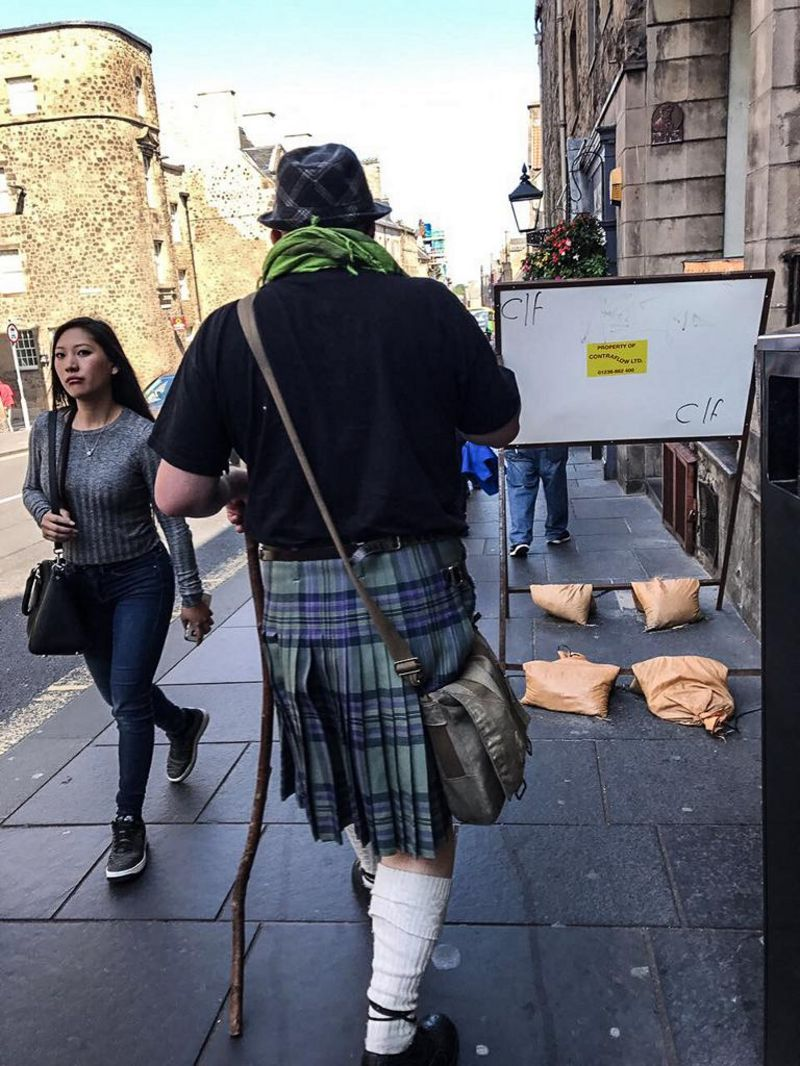 Ein Mann im Kilt auf den Straßen Edinburghs