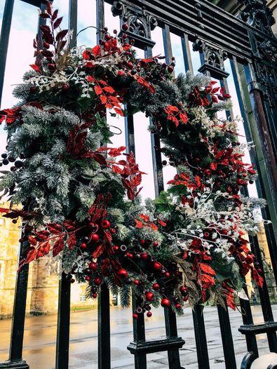 Weihnachtskranz am Tor vom Holyrood Palace