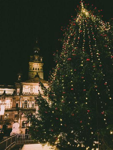 Weihnachtsbaum vor dem Rathaus in Glasgow